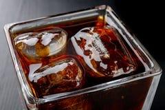 Bebida fr?a en un vidrio en una tabla de madera Una bebida enfriada lista para ser comido imágenes de archivo libres de regalías