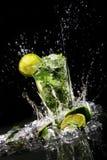 Bebida fresca com cal verde fotografia de stock