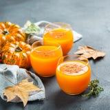 Bebida fresca del cóctel de la bebida del jugo del otoño de la calabaza de la acción de gracias Imagenes de archivo