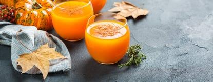 Bebida fresca del cóctel de la bebida del jugo del otoño de la calabaza de la acción de gracias Fotografía de archivo libre de regalías