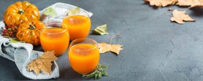 Bebida fresca del cóctel de la bebida del jugo del otoño de la calabaza de la acción de gracias Imagen de archivo libre de regalías