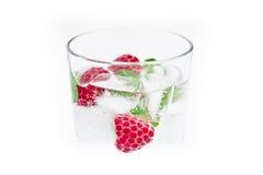 Bebida fresca del hielo con la frambuesa y la menta fotografía de archivo