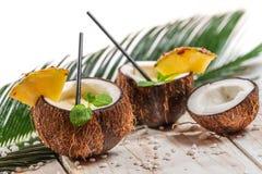 Bebida fresca del pinacolada servida en un coco Imagen de archivo