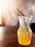 Bebida fresca y sana, soda del limón de la miel con la paja marrón foto de archivo