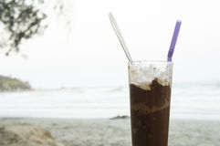 Bebida fria da bebida pela praia Fotos de Stock Royalty Free
