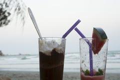 Bebida fria da bebida pela praia Imagem de Stock