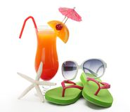 Bebida, gafas de sol y flip-flop tropicales del verano Imagen de archivo libre de regalías