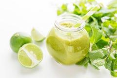 Bebida healty verde no frasco de pedreiro com hortelã e cal verdes no fundo branco Conceito do alimento do vegetariano detox Fotografia de Stock