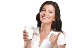 Bebida hermosa joven de la mujer una leche de la autorización del vidrio imágenes de archivo libres de regalías