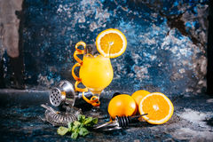 Bebida larga anaranjada, bebida alcohólica con las herramientas y fondo abstracto Fotografía de archivo