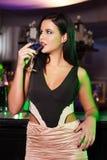 Bebida martini de la mujer en barra Fotos de archivo