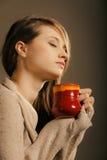 bebida Menina que guarda a caneca do copo de chá ou de café quente da bebida Fotografia de Stock