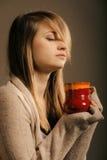 bebida Menina que guarda a caneca do copo de chá ou de café quente da bebida Imagem de Stock Royalty Free