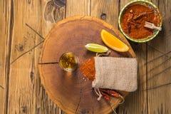 Bebida mexicana de Mezcal con la naranja, las rebanadas de la cal y la sal del gusano en Oaxaca México Fotografía de archivo libre de regalías