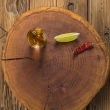 Bebida mexicana de Mezcal con las rebanadas anaranjadas y en Oaxaca México Foto de archivo libre de regalías
