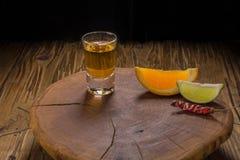 Bebida mexicana de Mezcal con las rebanadas anaranjadas y en Oaxaca México Fotos de archivo libres de regalías