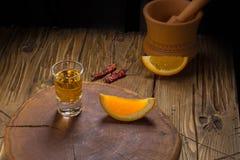 Bebida mexicana de Mezcal con las rebanadas anaranjadas y sal del gusano en Oaxaca México Foto de archivo