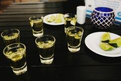 Bebida mexicana dos tiros do Tequila em Cidade do México fotos de stock royalty free