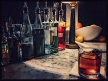 Bebida mezclada del whisky con el cubo de hielo cuadrado imagen de archivo