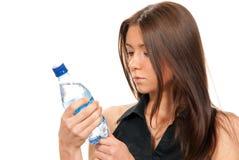 Bebida mineral chispeante del agua embotellada del asimiento femenino fotos de archivo
