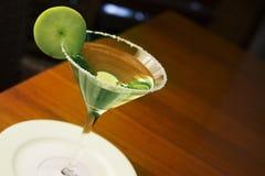 A bebida misturada de Apple Martini com fatia do fruto decora imagem de stock