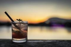 Bebida misturada do cocktail do caipirinha da morango na barra exterior no sol fotografia de stock royalty free
