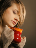 bebida Muchacha que sostiene la taza de la taza de té o de café caliente de la bebida Imagen de archivo libre de regalías