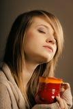 bebida Muchacha que sostiene la taza de la taza de té o de café caliente de la bebida Fotos de archivo