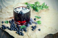 Bebida muito saudável & x28; beverage& x29; - suco do aronia, suco da baga do bloqueador imagem de stock royalty free