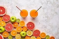 Bebida na configuração do plano do fundo das citrinas, vegetariano saudável da vitamina c do suco do batido ou de fruto fresco do foto de stock