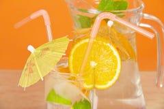Bebida no vidro com palha, guarda-chuva Fotografia de Stock Royalty Free