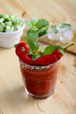 Bebida o cóctel con el jugo de tomate y los chiles candentes Imagen de archivo libre de regalías
