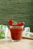 Bebida o cóctel con el jugo de tomate y los chiles candentes Foto de archivo