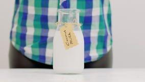 Bebida orgânica fresca do vegetariano do leite de coco vídeos de arquivo