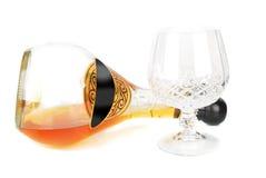 Bebida para baixo do conhaque do frasco e do vidro fotografia de stock
