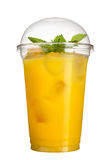 Bebida para llevar Bebida de restauración en una taza plástica Jugo de piña con los cubos y la menta de hielo imagen de archivo