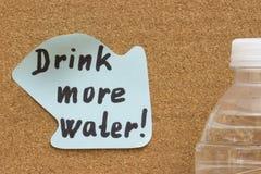 Bebida pegajosa de la nota del recordatorio más agua imágenes de archivo libres de regalías