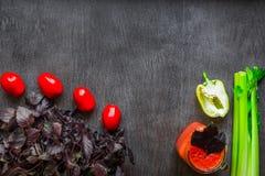 Bebida picante do tomate com aipo e pimenta Bebida do tomate no frasco cercado de legumes frescos em uma tabela de madeira Imagens de Stock