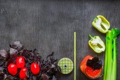 Bebida picante do tomate com aipo e pimenta Bebida do tomate no frasco cercado de legumes frescos em uma tabela de madeira Foto de Stock