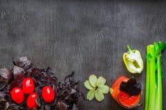 Bebida picante do tomate com aipo e pimenta Bebida do tomate no frasco cercado de legumes frescos em uma tabela de madeira Fotos de Stock Royalty Free