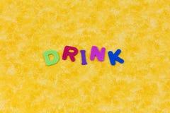 Bebida que bebe letras líquidas de los niños de las letras del agua de la actividad fotos de archivo libres de regalías