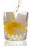Bebida que es vertida Foto de archivo libre de regalías
