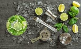 Bebida que hace las herramientas y los ingredientes para el cóctel Fotografía de archivo libre de regalías