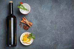 Bebida quente do Natal, ingredientes ferventados com especiarias do vinho Imagens de Stock