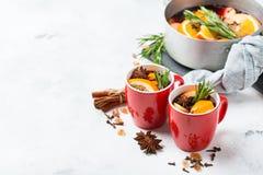 Bebida quente do Natal, ingredientes ferventados com especiarias do vinho Imagem de Stock Royalty Free