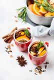 Bebida quente do Natal, ingredientes ferventados com especiarias do vinho Fotos de Stock