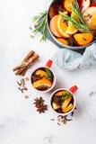 Bebida quente do Natal, ingredientes ferventados com especiarias do vinho Fotografia de Stock
