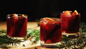 Bebida quente do vinho Vinho morno do Natal Vinho ferventado com especiarias com as laranjas Foto de Stock