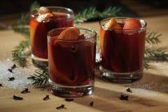 Bebida quente do vinho Vinho morno do Natal Vinho ferventado com especiarias com as laranjas Fotos de Stock