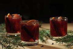 Bebida quente do vinho Vinho morno do Natal Vinho ferventado com especiarias com as laranjas Imagens de Stock Royalty Free